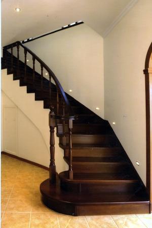 Лестница из темного дуба
